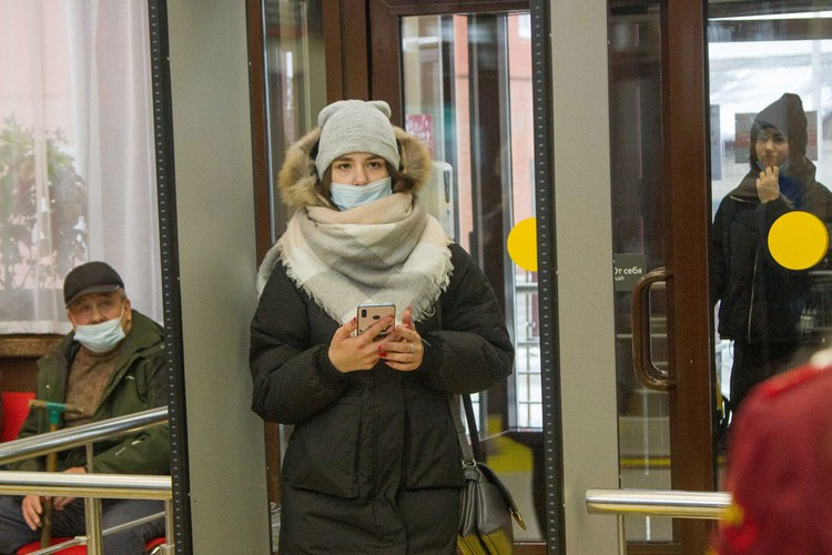 В зданиях вокзалов обязательно следует носить маски и соблюдать дистанцию.