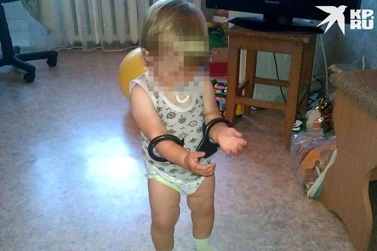 Снимок с ребенком в наручниках вызывает много вопросов. Фото: ok.ru