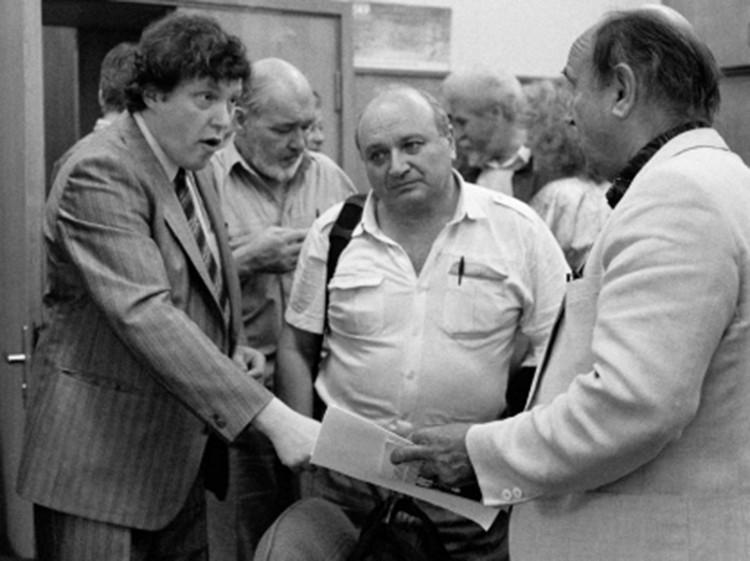 Михаил Жванецкий и Григорий Явлинский в редакции одной из столичных газет, 1995 год.