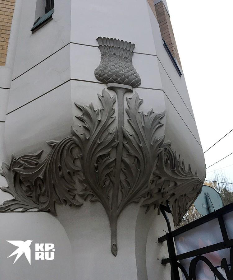 На фасаде выделяется цветок чертополоха