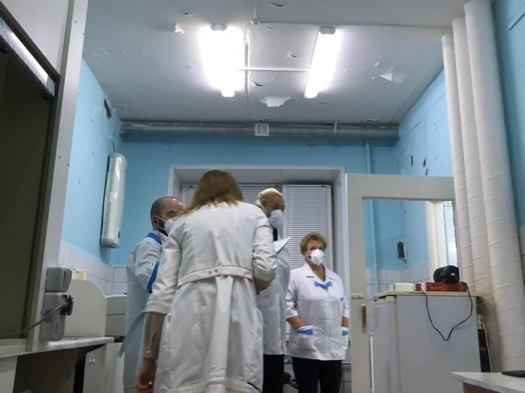 Белые лохмотья свешиваются с потолка лаборатории