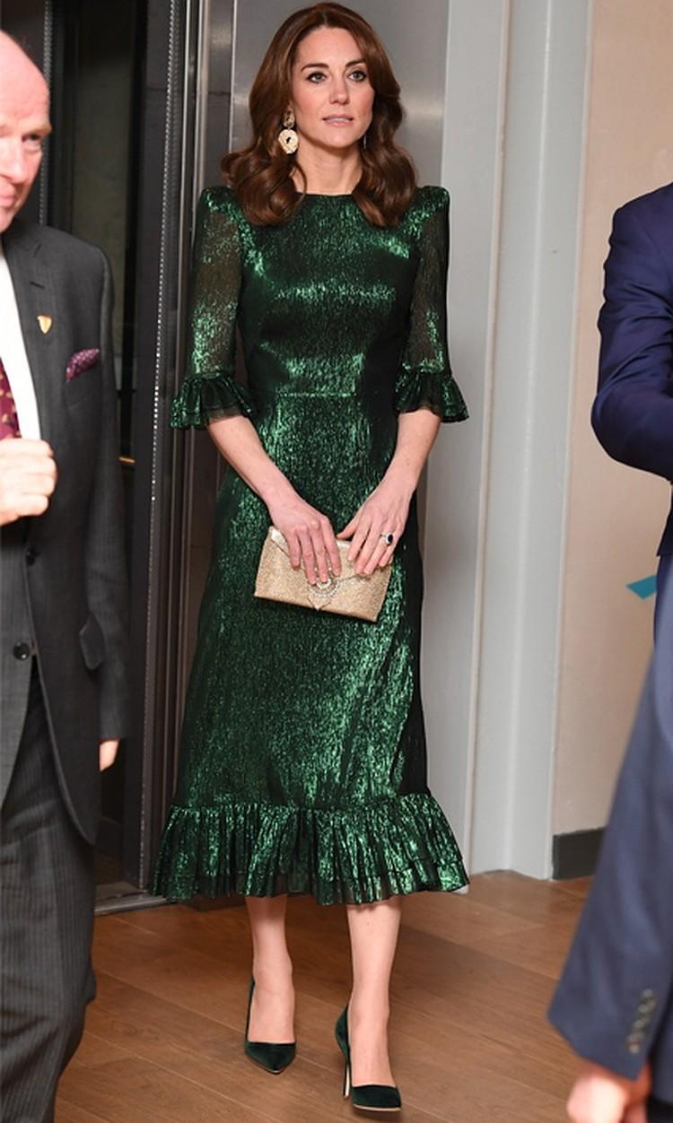Блестящее зеленое платье Кейт Миддлтон надела во время официального визита в Ирландию: в марте 2020 года она посетила в нем пивоварню Guinness.