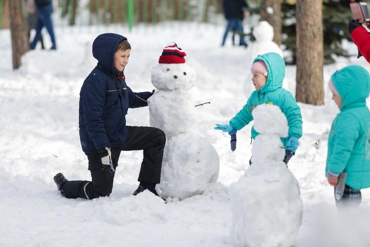 Больше всего снегу радуются дети.
