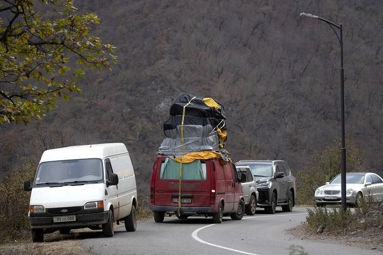В одночасье эта дорога стала не только самой загруженной во всей Армении, но и самой печальной. Фото: Александр Рюмин/ТАСС