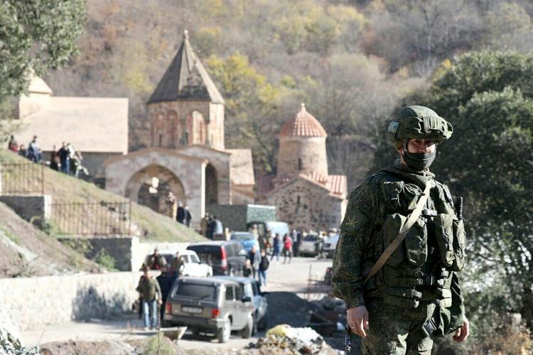 Наши военные берут монастырь под особый контроль. Фото: Александр Рюмин/ТАСС