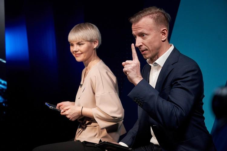 Ведущие «Прямой линии» Антон Комолов и Алена Огнева. Фото: Дмитрий Бурмистров.