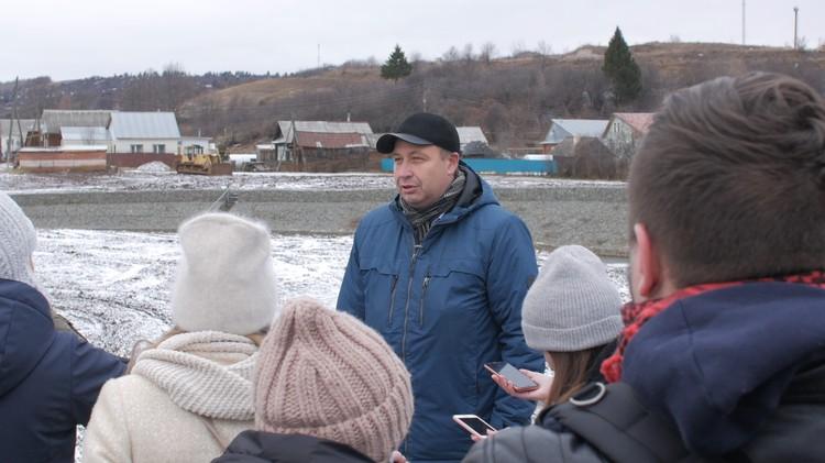 Зам. руководителя Камского бассейно-водного управления Дмитрий Дудин рассказывает журналистам, что было сделано за 4 года.