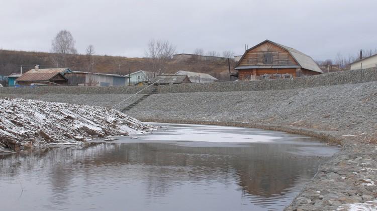 Реку Тойменку облачили в каменные кандалы.