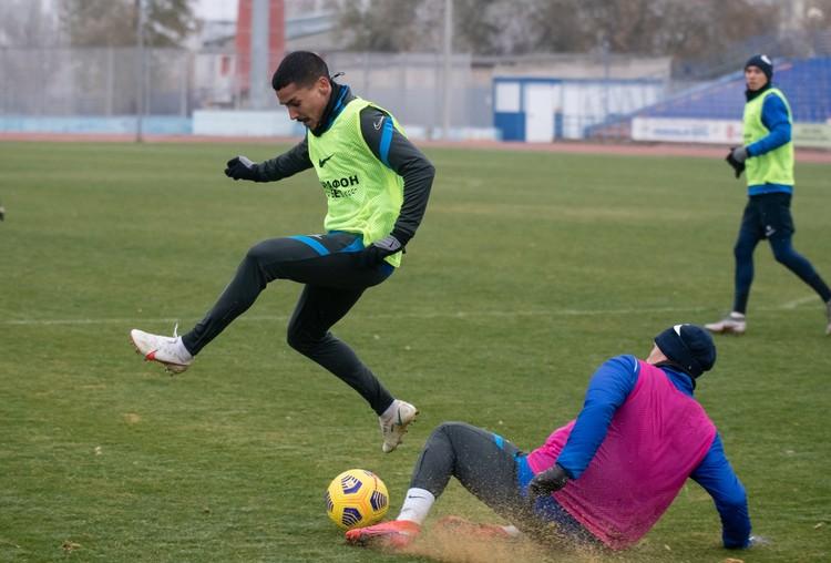 """Мерзлое поле на """"Зените"""" уже опасно для игроков. Фото: СК """"Ротор""""."""
