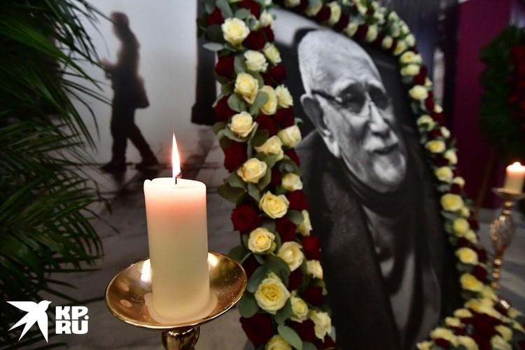 Несмотря на открытый формат церемонии, многие коллеги Джигарханяна не рискнули появиться на прощании.