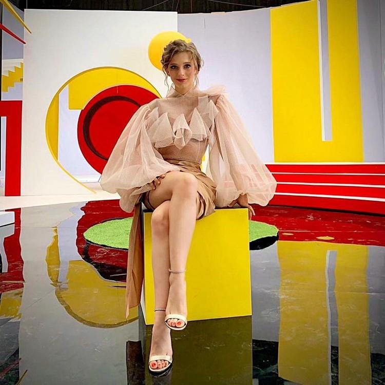 Елизавета Арзамасова примерила наряд самого модного кроя этой зимы