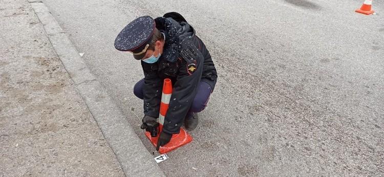 На месте работают полицейские.