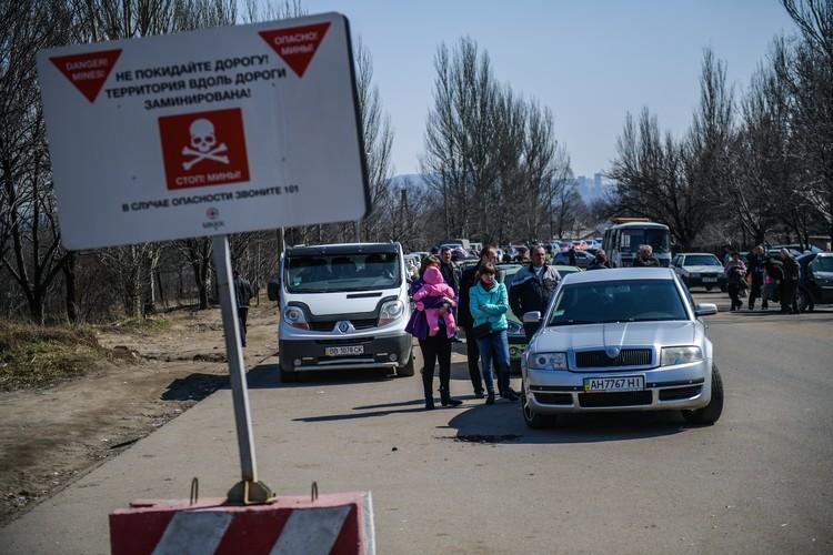 Донбасс оказался разрезан по живому. Очередь на блокпосту с Украиной