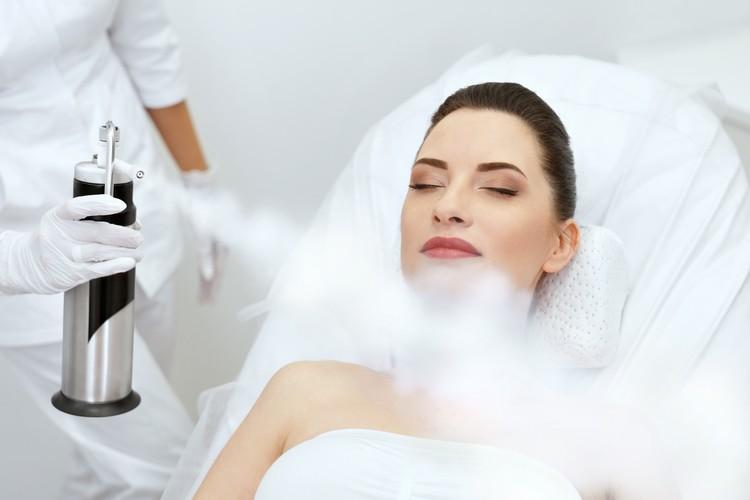 Косметическая процедура омоложения кислородом.