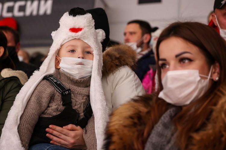 Детишки болеют в веселых шапках и масках.
