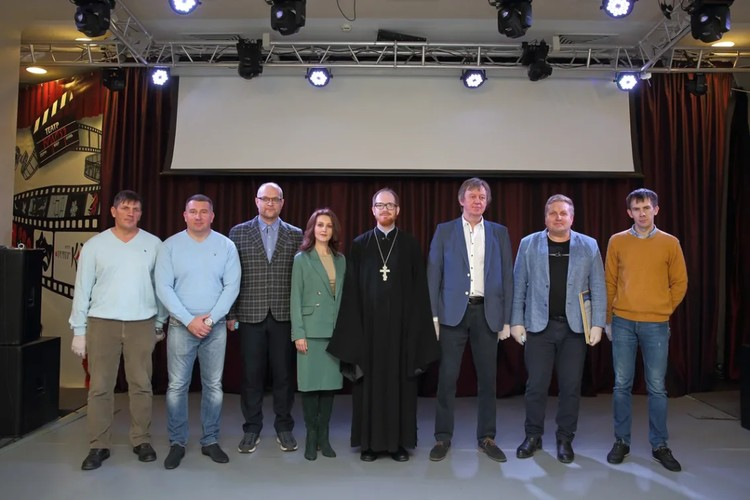 Поклонный крест собрал вокруг творческую команду. Фото: Дмитрий Песочинский.