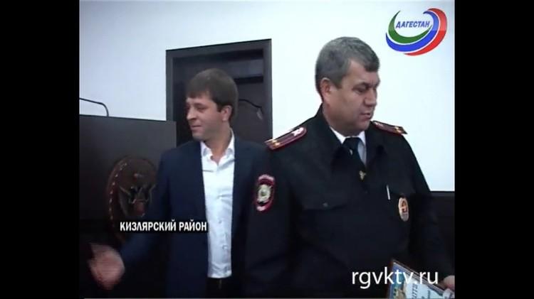 Гази Исаев получает благодарственное письмо и премию в день полиции. 2013 год. Фото: rgvktv.ru