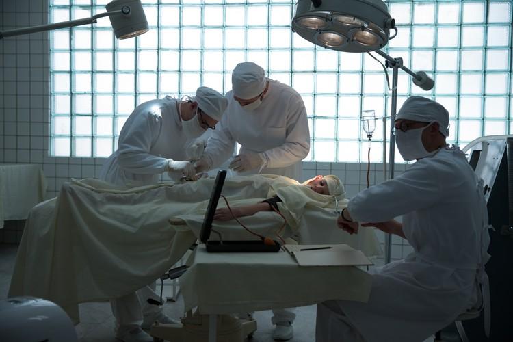Главный герой, челюстно-лицевой хирург Лев Преображенский (Денис Шведов) под кураторством КГБ в середине 60-х получает в распоряжение Институт красоты. Фото: Первый Канал