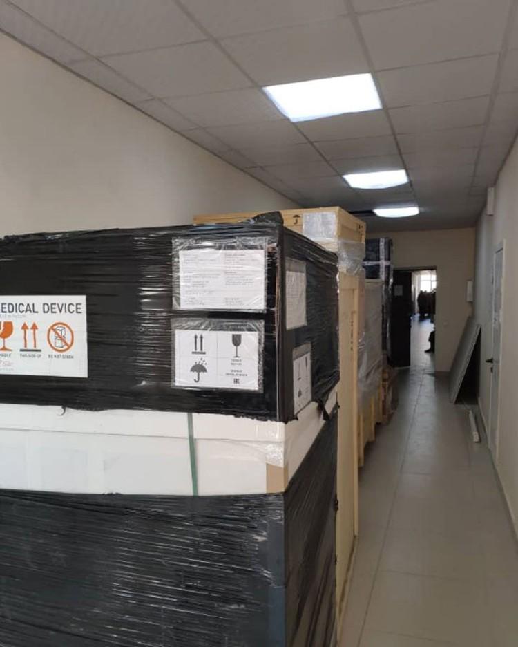 Но пока оборудование будет храниться в коробках. Прежде чем приступить к установке линейных ускорителей, нужно провести монтаж радиозащитных дверей.