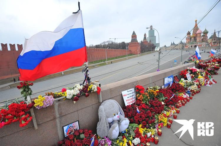 Стихийный мемориал на месте убийства политика в Москве, май 2015 г.