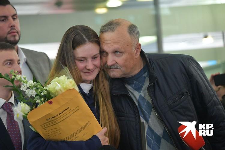 Мария с отцом в аэропорту, после возвращения в Россию.
