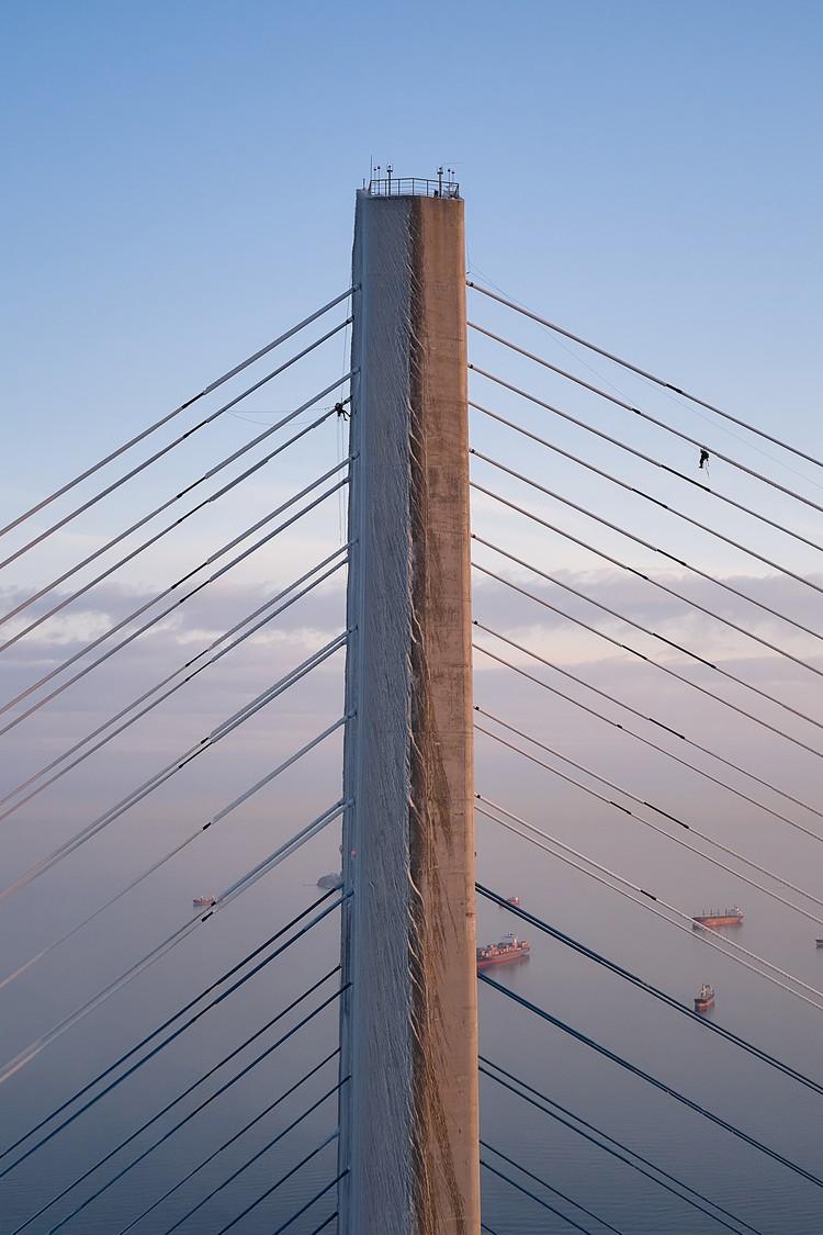 Если боитесь высоты, то эта работа явно не ваша. Фото: Виктор Гохович.