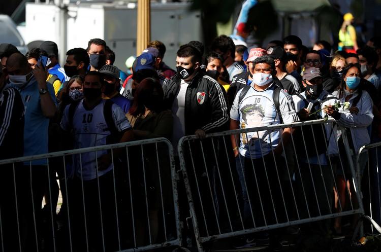 С 5 утра фанаты стягиваются к Президентскому дворцу в Буэнос-Айресе, чтобы успеть на прощение с Марадоной