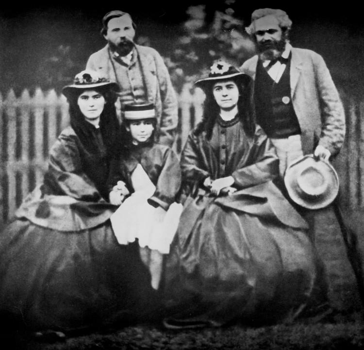 Карл Маркс и Фридрих Энгельс с семьей