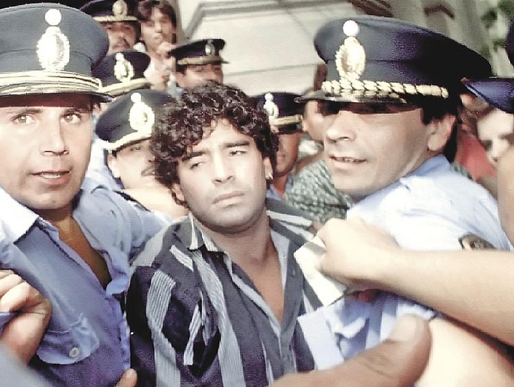 Марадону не раз арестовывала полиция. Однажды за неуплату налогов у него даже забрали из уха сережку с бриллиантом.