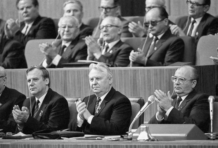 В президиуме ХХVII съезда КПСС. В первом ряду (слева направо) Николай Рыжков, Егор Лигачев и Михаил Горбачев.