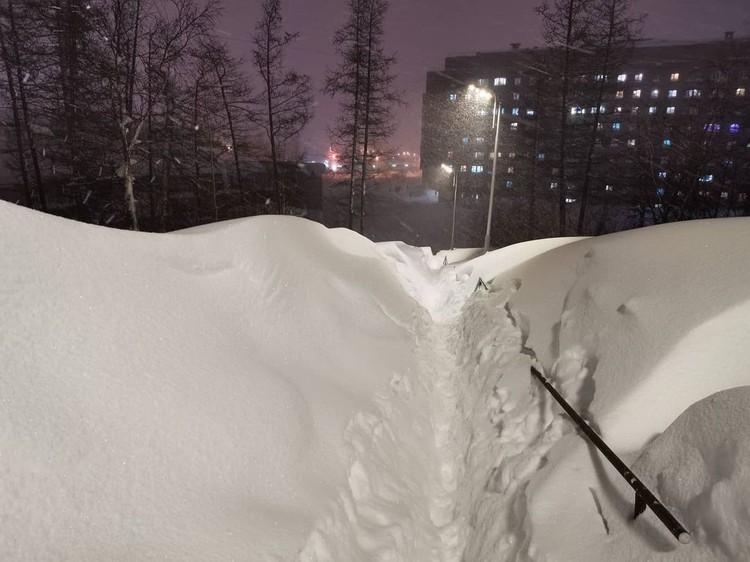 Если оступишься, то упадешь в сугроб Фото: Типичный Норильск