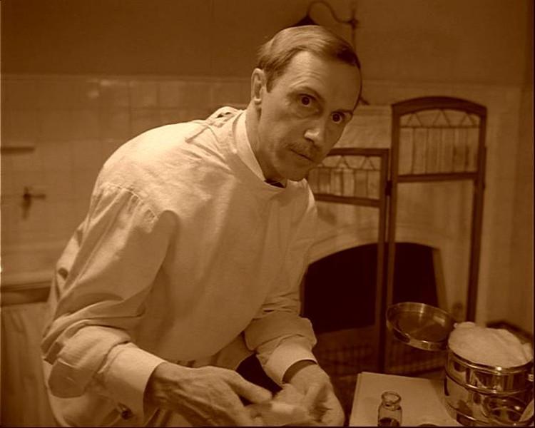 """В """"Сбачьем сердце"""" Борис Плотников сыграл доктора Борменталя - верного соратника и ассистента профессора Преображенского. Фото: кадр из фильма"""