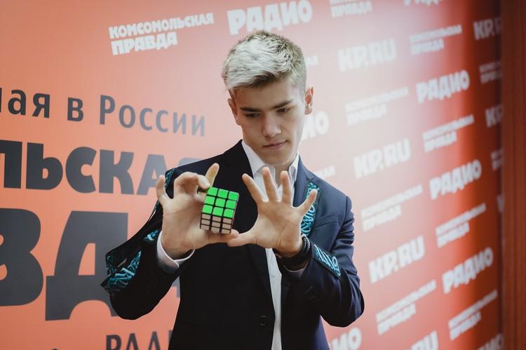 Он единственный в Челябинской области показывает фокусы с Кубиком Рубика.