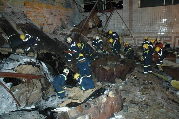 Под завалами в «Дельфине» погибли 14 человек, в том числе 10 детей. Фотография сделана 4 декабря 2005 года.