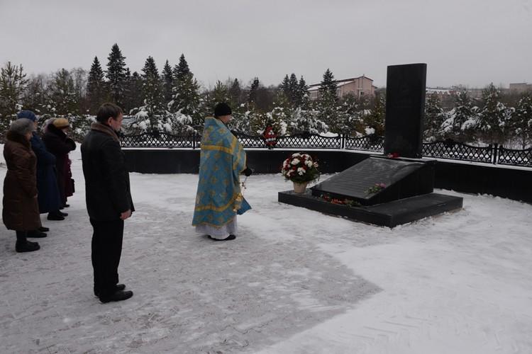 На месте бассейна установили памятник жертвам трагедии. Фото из архива газеты «Чусовской рабочий».