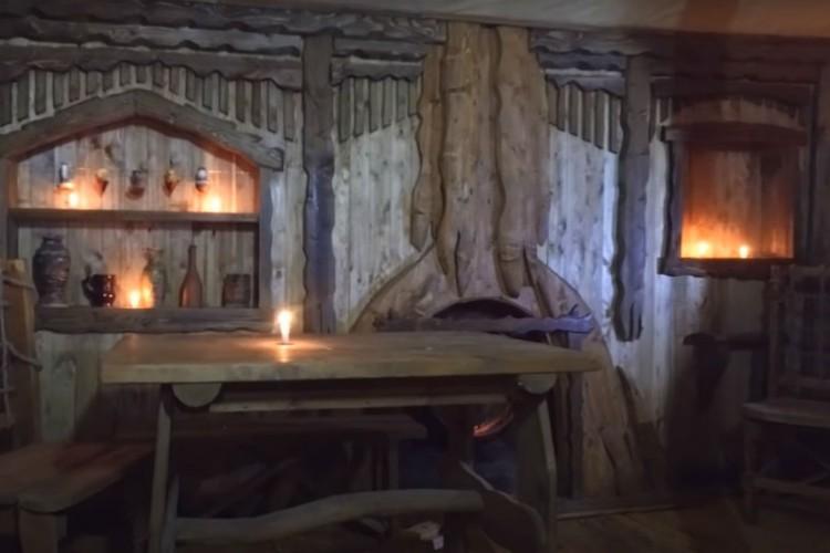 В хижине есть настоящая дровяная печь. Фото: youtube.com/watch?v=0gmDS3F4bOc&feature=emb_title
