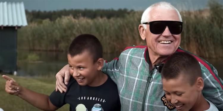 Отец рэпера объясняет, что пережил инфаркт с клинической смертью. После чего внуки помогали проходить ему реабилитацию