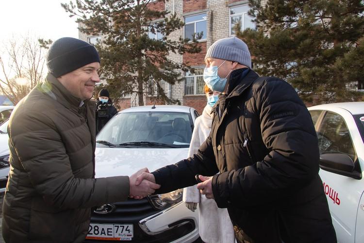 Анатолий Еремин вручил ключи от новых автомобилей от РМК.