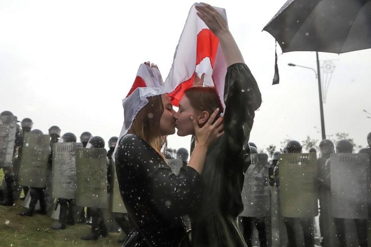 Целующиеся на фоне оцепления из силовиков девушки попали в топ американского агентства Associated Press. Фото: Надежда БУЖАН, AP
