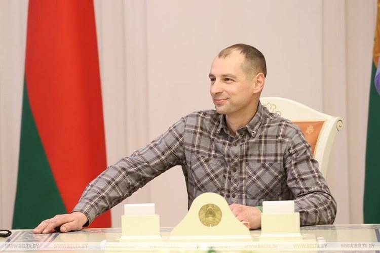 Посещая Дворец Независимости, участники провластных мероприятий фотографировались на месте Лукашенко в овальном зале. Фото: БелТА.
