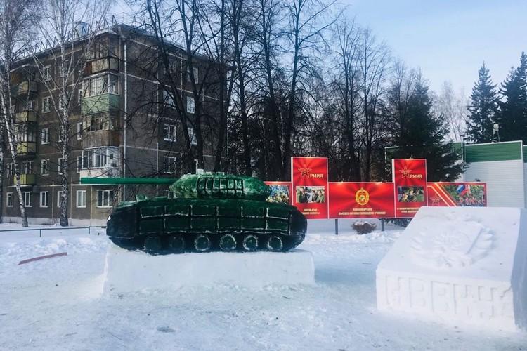 """Снежный танк издалека некоторые люди принимают за настоящи. Фото: """"Навигатор"""""""