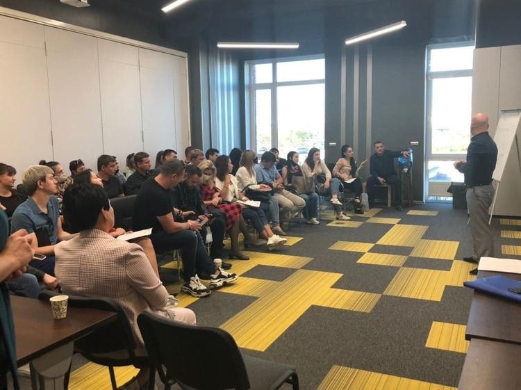 Представители арендаторов на встрече обсуждают свое будущее в ТЦ.