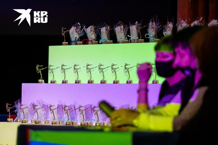 Такие статуэтки с номерами вытягивали спортсмены