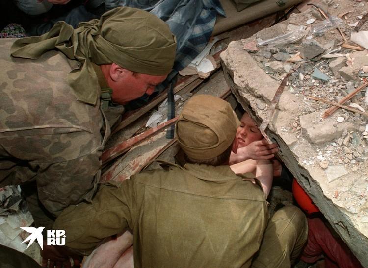 Спасатели достают мальчика из руин дома, который находился там несколько дней