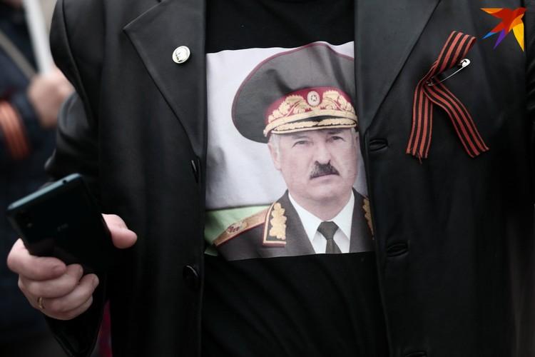 Футболка с изображением Александра Лукашенко на одном из участников провластного шествия. Минск, 30 октября 2020 года.