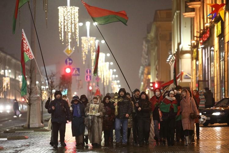 Провластное шествие с флагами. Проспект Независимости, Минск, 16 декабря 2020 года.