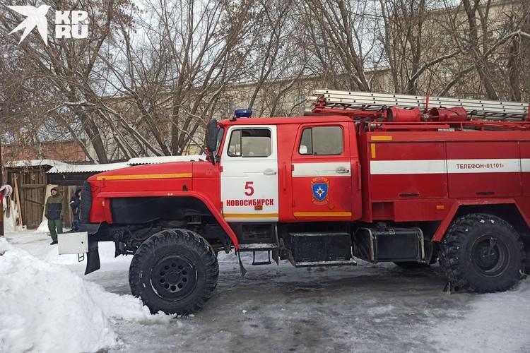 Пожарные работают на месте ЧП.