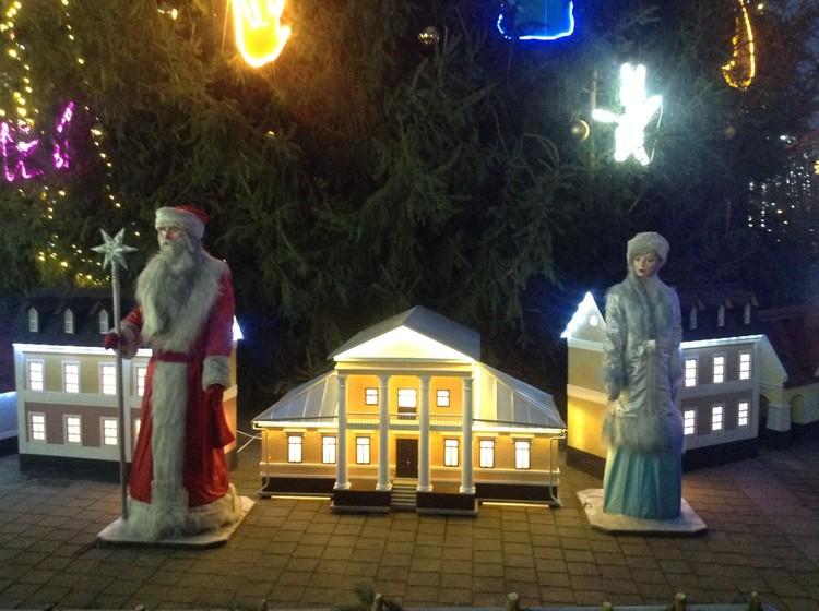 Вокруг елки стоят макеты брестских домиков. Фото: телеграм-канал Александра Рогачука