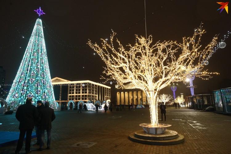 Вокруг елки на Октябрьской много световых инсталляций. Рядом с ними могут получиться хорошие праздничные фотографии!