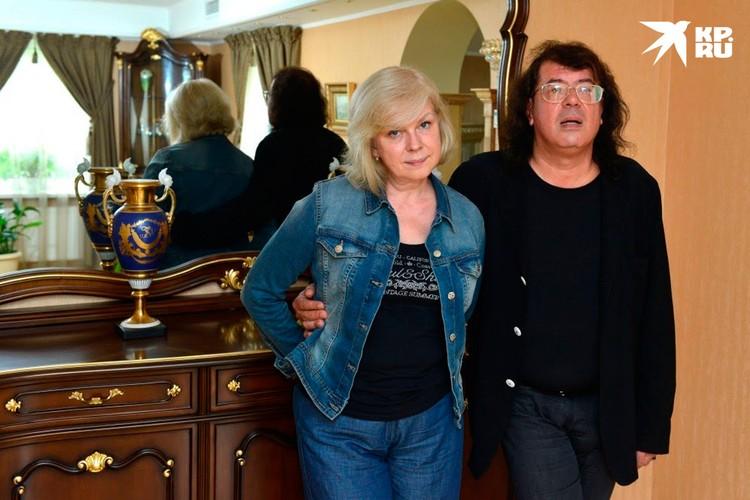 В этом году Игорь Корнелюк выпьет бокал шампанского под бой курантов вместе с супругой Мариной.